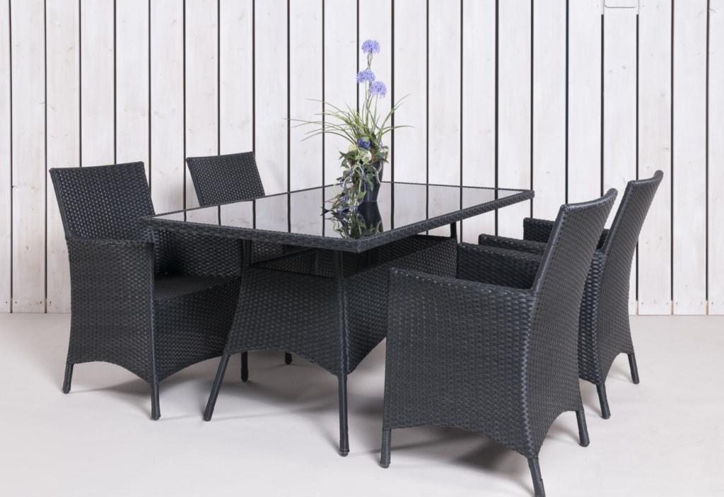 Gartenstühle aus Rattan als Bestandteil einer Esstischgruppe