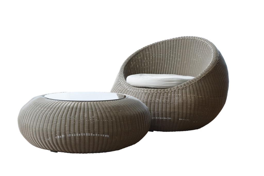 moderner Loungetisch in Kombination mit einem Sessel
