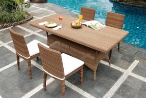 Gartentisch aus Rattan