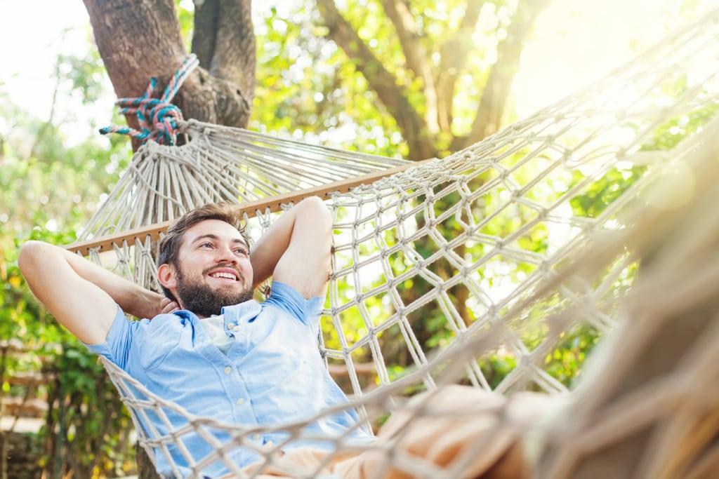 Ein Mann entspannt in einer Hängematte